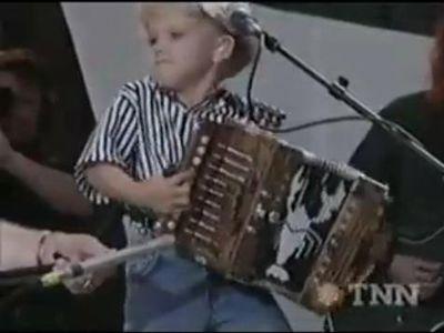 4歳のアコーディオン弾き