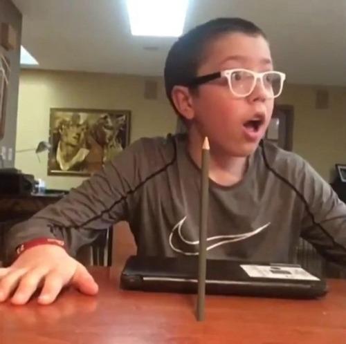 鉛筆を投げて驚愕する少年07