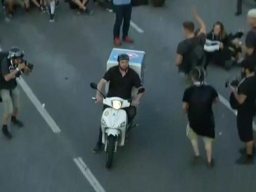 G20のデモ衝突のど真ん中にピザ配達03