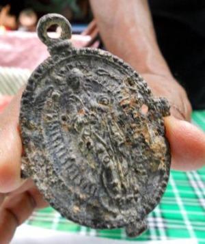 サメから中世のメダル02