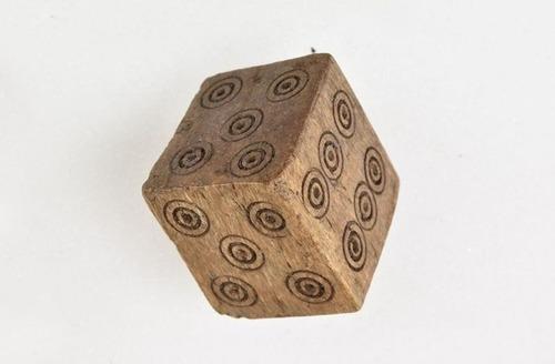 中世のノルウェーで発見された「いかさま用サイコロ」01