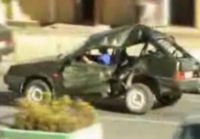 ルパンでも見たことないほど大破した状態で走る車