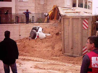 5-土砂に埋もれる車