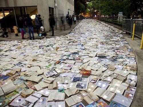 トロントの大通りを本が埋め尽くす00