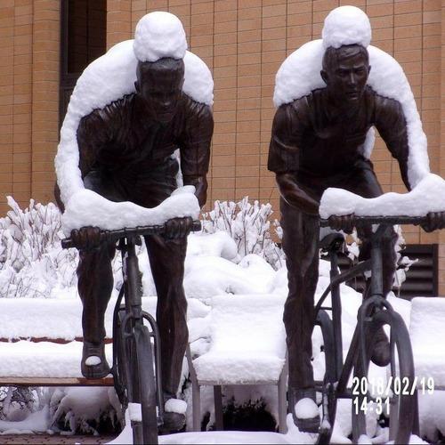 この銅像に雪が積もる01