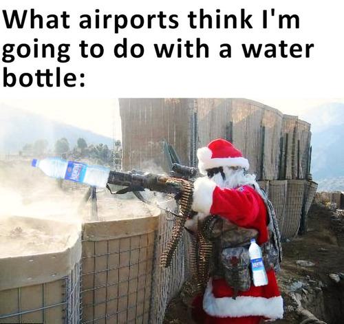 水のペットボトルと空港01