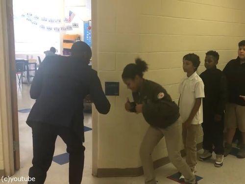 先生が生徒にオリジナルの握手をしてから授業開始04