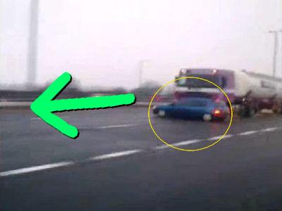 車がバンパーにくっついてることに気づかない大型トラック_s