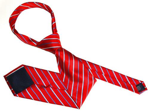 ネクタイの締め方がわからない青年00