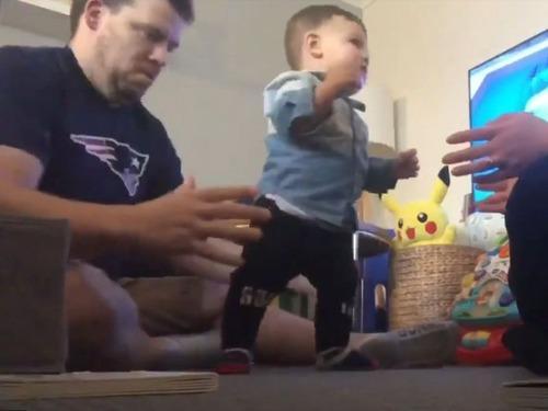 11か月の子が最初に歩き出したときのリアクション