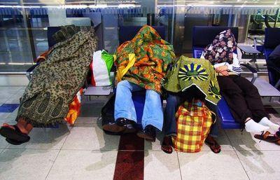 空港で眠りこける人々16