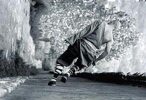 壁を走る僧-横