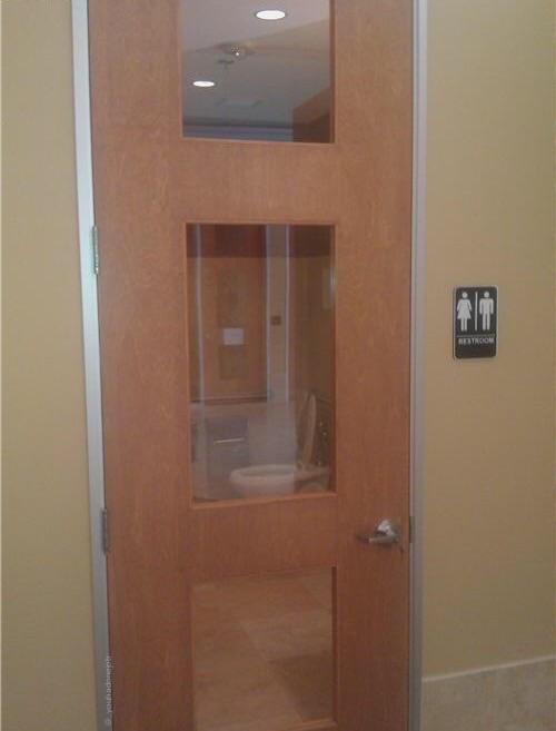 ガラス張りのトイレ01