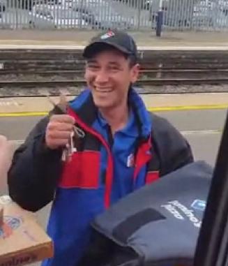 電車の中からピザを注文08
