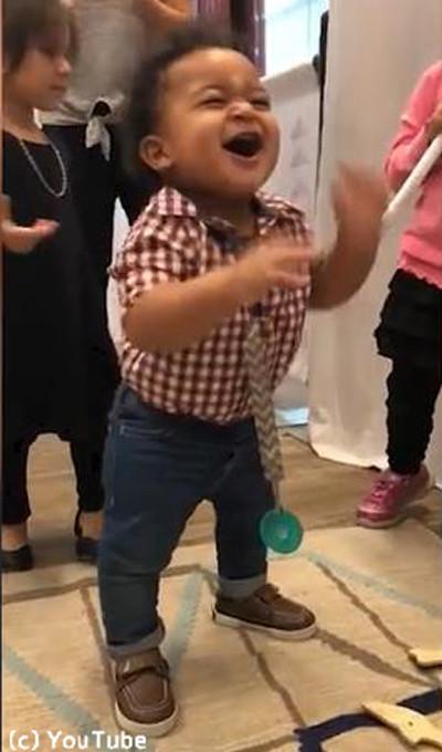 生まれて初めて歩けた赤ちゃんの表情がかわい過ぎる04