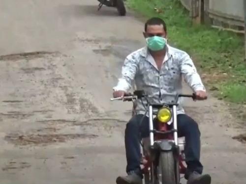 インドのパパ、バイクを魔改造00