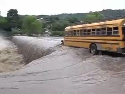 洪水のニカラグアとバス