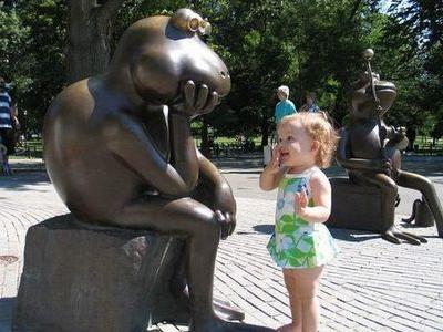 06-銅像見て笑う子供
