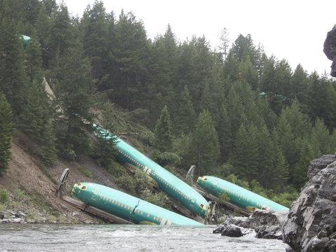 川に落ちていた飛行機01