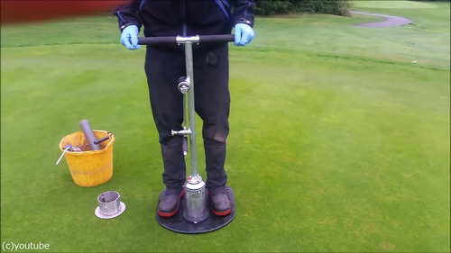 ゴルフのホールカップの位置の変え方01