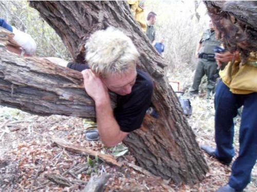 木に飲み込まれた男性01
