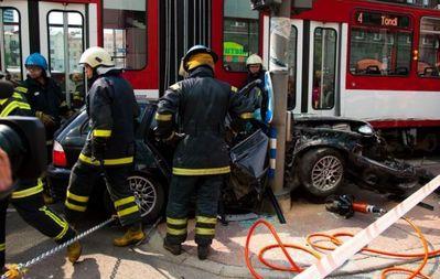 BMWと電車の事故で無傷01
