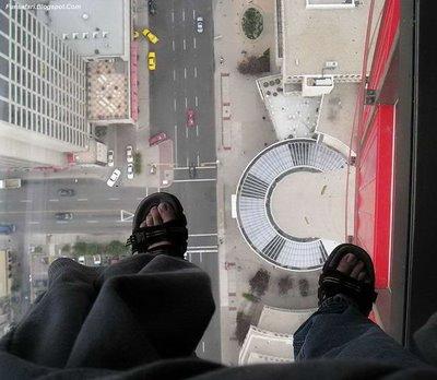 ガラス張りの高層ビルの下05