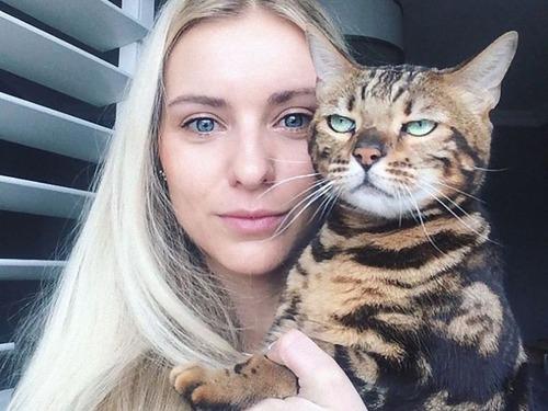 自撮りに付き合わされる猫00