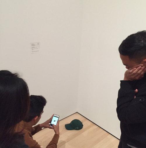 美術館にメガネを置いたらアートだと勘違い06