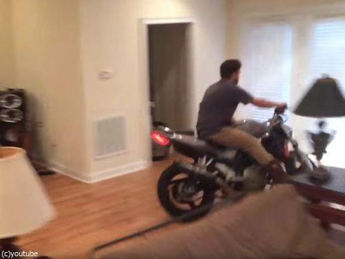 家の中でバイクのウイリーに挑戦しないほうがいい03