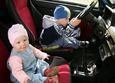 09-車の運転をする子供