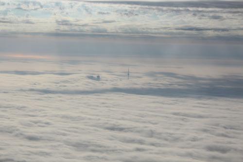 雲の上から見たCNタワー03