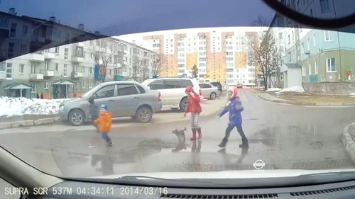 とある子どもたちが道路を渡る風景05