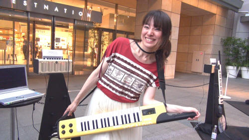 歌を「演奏する」?鍵盤を弾くと初音ミクが歌う、ボーカロイドキーボードのデモンストレーション(動画)