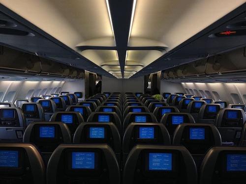 飛行機に乗る前に彼女はウィンドウ側の席と交換してくれた00