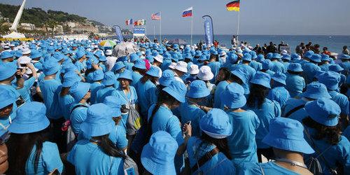 中国企業が6400人を連れてフランスに社員旅行01