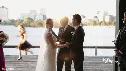 結婚式でフラワーガールがクレイジーになるとき03