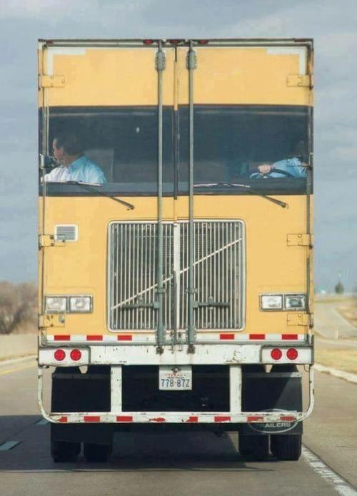 トラックに驚いた01