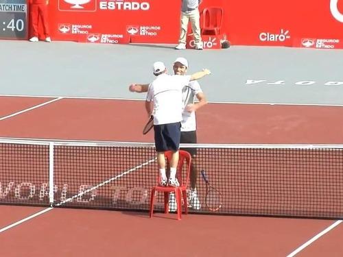 テニスの試合終了後に選手がイスを持ってきた理由07