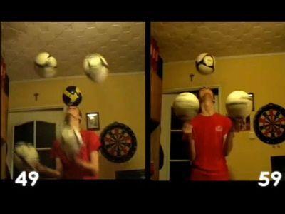 サッカーボールでジャグリング