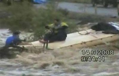 洪水の中ジェットスキーで人命救助に現れたスーパー農夫01