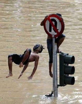 水害時にたくましく楽しむ人々15