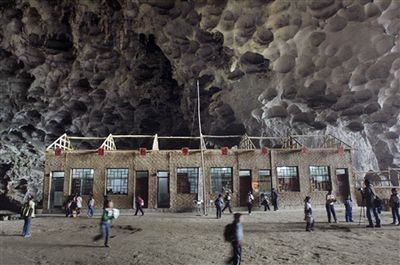 洞窟の中にある中国の小学校-休み時間1