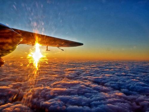 飛行機は窓側の席06