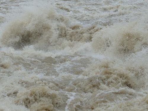 洪水に襲われた日のスイミングプール00