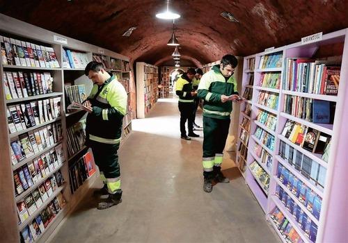 トルコのゴミ収集作業員、廃棄された本で図書館を開く01