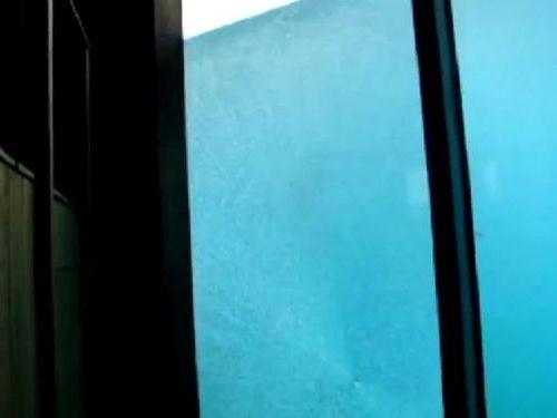 白クマが巨大石を使ってガラスを割る06