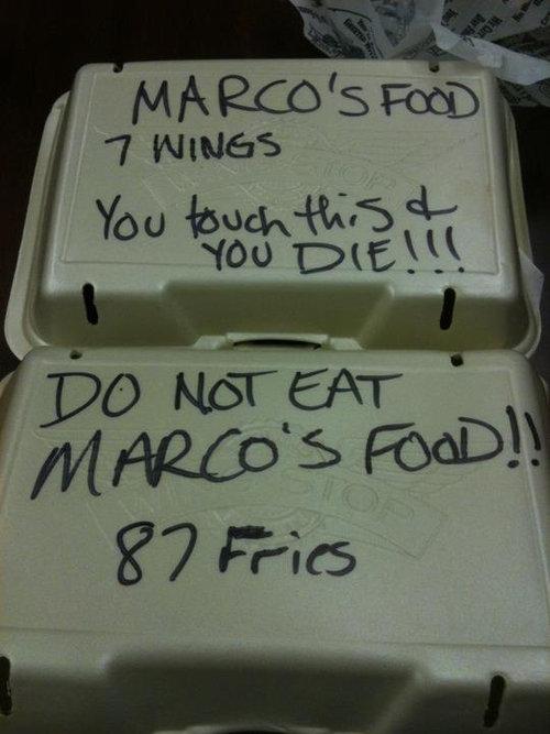 誰かがマルコの食事を盗んでる01