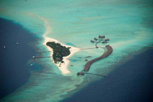 モルディブの小舟のようなホテル01