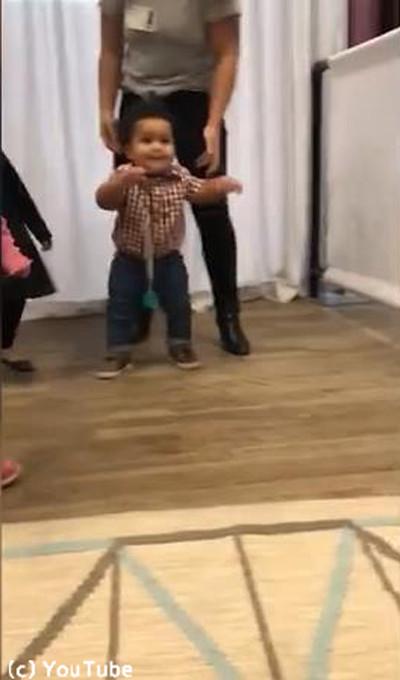 生まれて初めて歩けた赤ちゃんの表情がかわい過ぎる01
